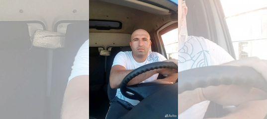 Водитель на своем грузовом авто